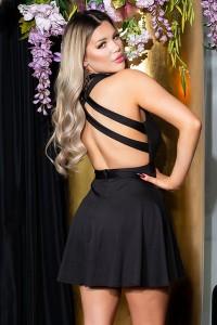 Čierne šaty s holým chrbátom