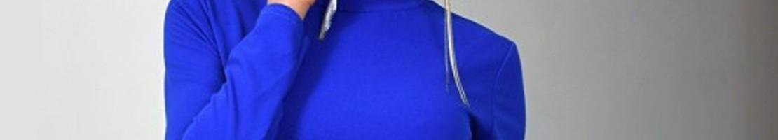 Štýlové šaty s prvkami elegancie.